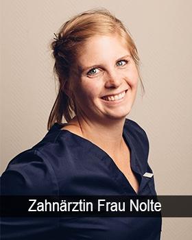Portraitbild Frau Feldmann in Berufsbekleidung